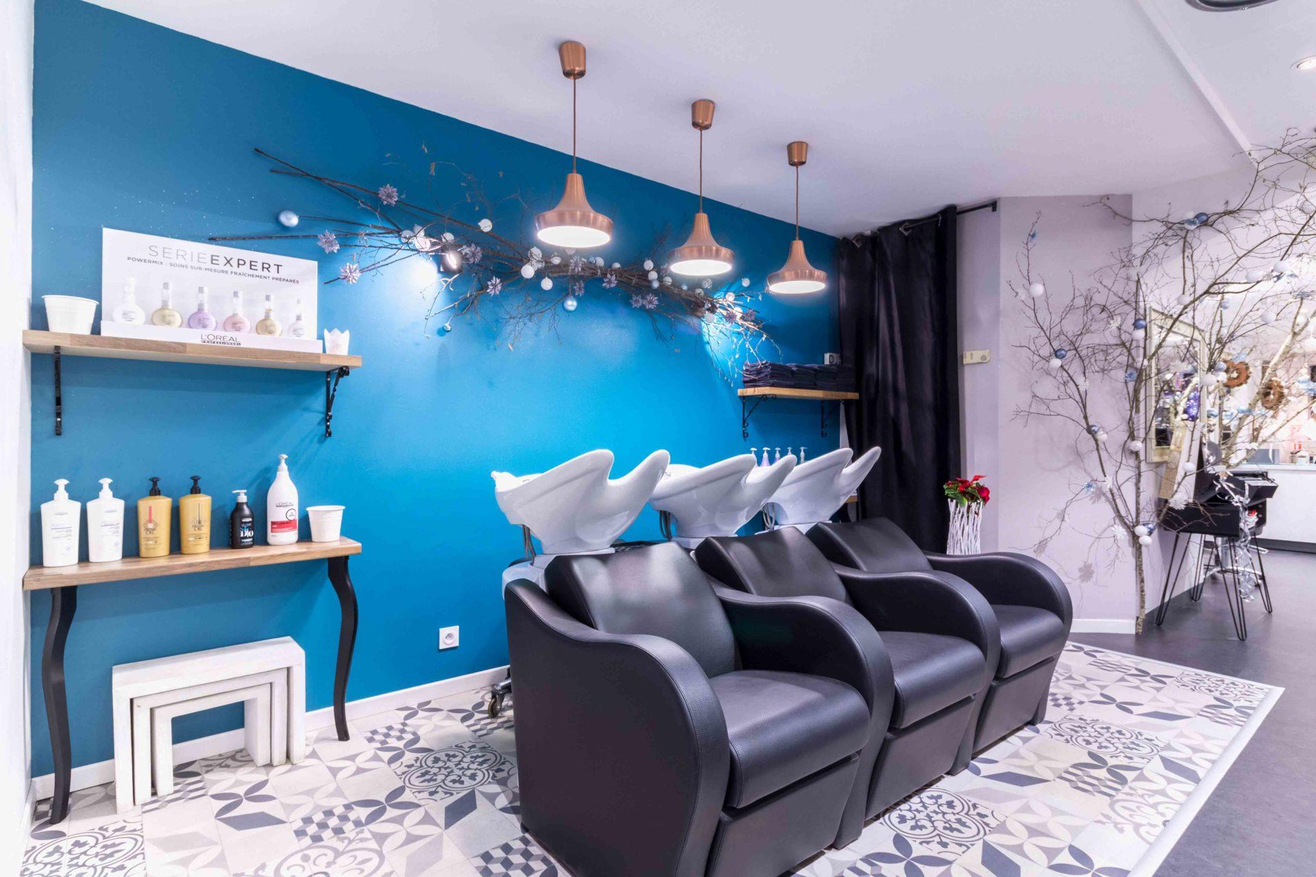 photographie-d-interieur-salon-coiffure-Lourdes-bacs-shampoing-décoration-Noël